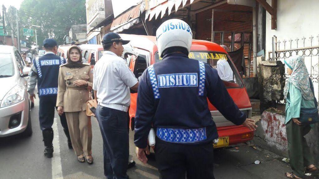 Angkot yang Hobi Ngetem di Jagakarsa ini Ditilang Sampai Diderek Dishub Jaksel