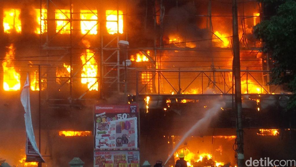 Polisi Bersenjata Lengkap Siaga di Lokasi Kebakaran Pasar Aksara Medan