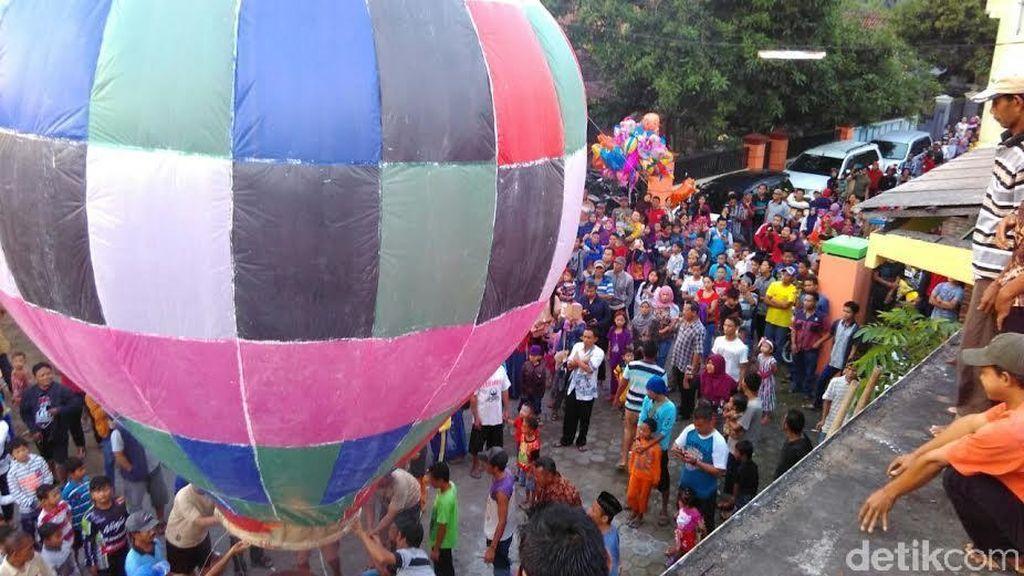 Warga Jombang Terbangkan Balon Sebagai Tradisi Rayakan Lebaran Ketupat