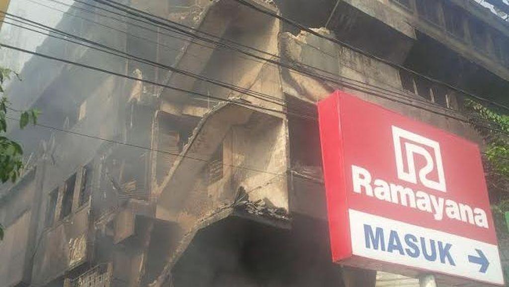 Beberapa Bagian Bangunan Pasar Aksara Medan yang Terbakar Ambruk