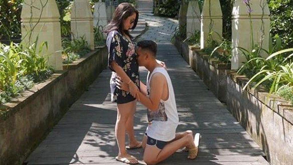 Babymoon hingga Ciuman Mesra, Kado di Hari Ultah Ussy Sulistiawaty