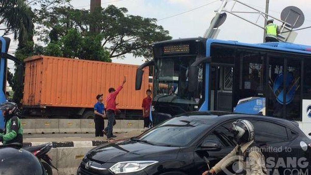 Polisi Naik ke Atap Bus TransJ Singkirkan Rambu Roboh yang Halangi Jalan