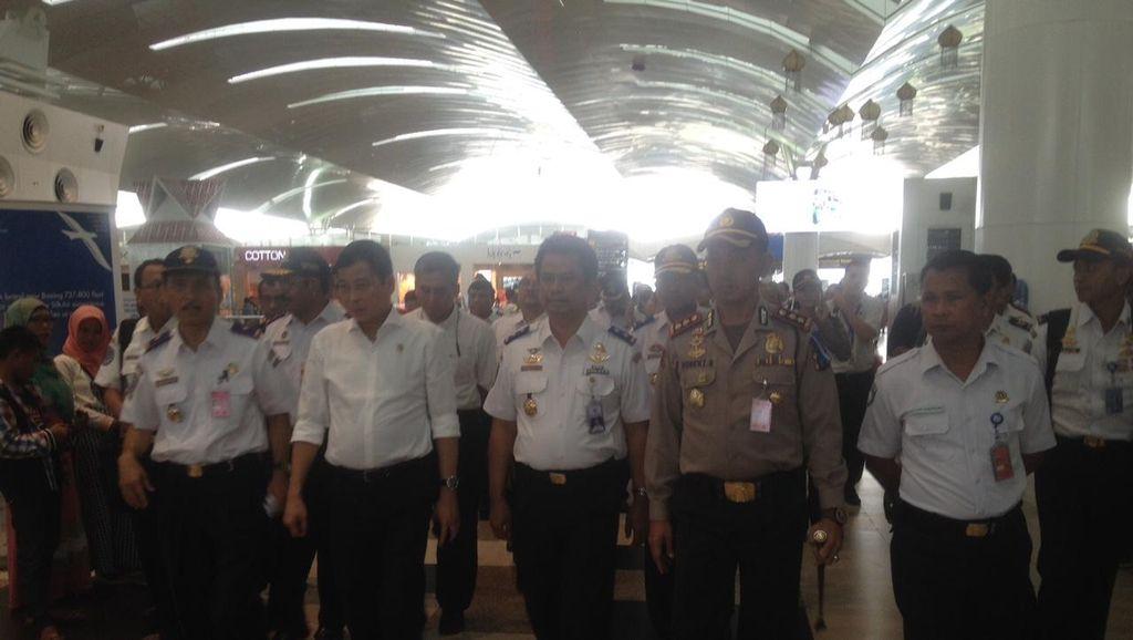 Tinjau Bandara Kualanamu, Menhub Minta Lampu Penerangan Terminal Diperbaiki