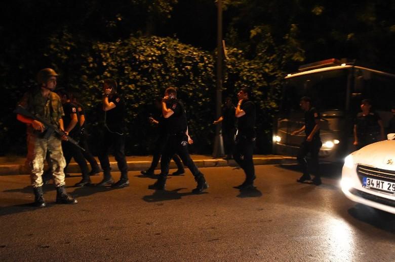 Massa Turki Turun ke Taksim Square Istanbul, Militer Terus Berkeliaran