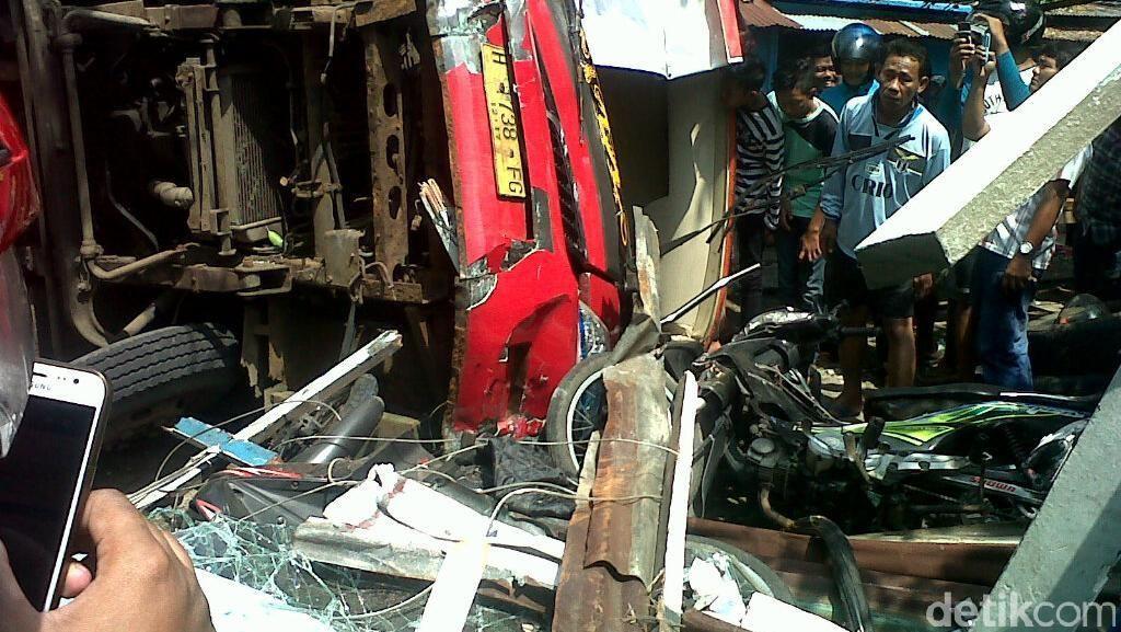 Bus Trans Semarang Tabrak Pangkalan Ojek, Penumpang Luka-luka