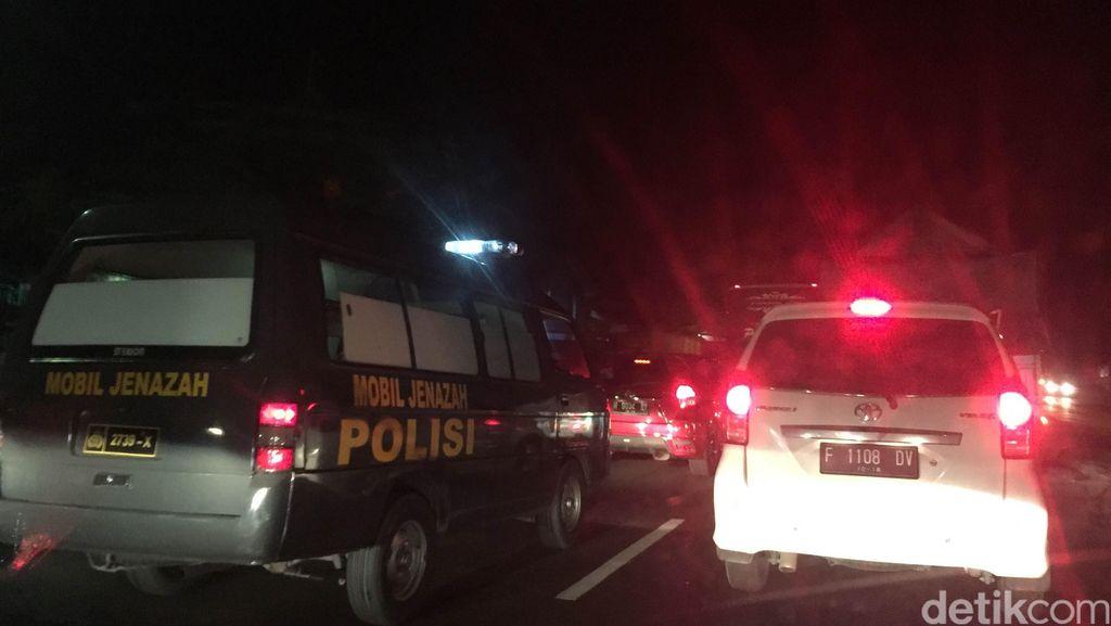 Lalin Macet Parah Jelang Lokasi Tabrakan Bus dengan Truk di Jalur Pantura Batang