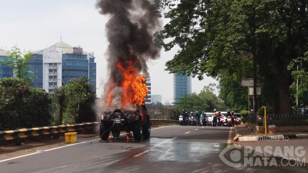 Mobil Terbakar di Kebagusan, Lalu Lintas Sempat Macet