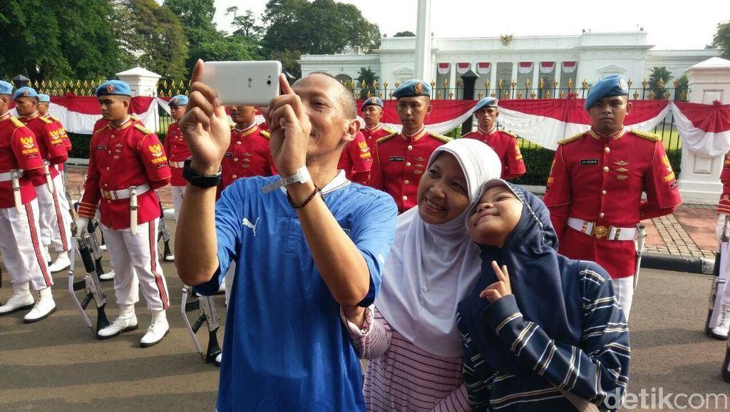 Ketika Warga Selfie dengan Paspampres Saat Pergantian Jaga