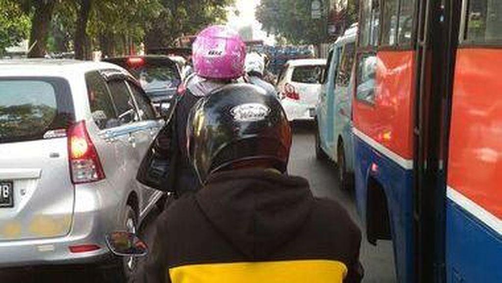 Hari Pertama Masuk Sekolah, Jalan Tol dan Arteri Menuju Jakarta Macet