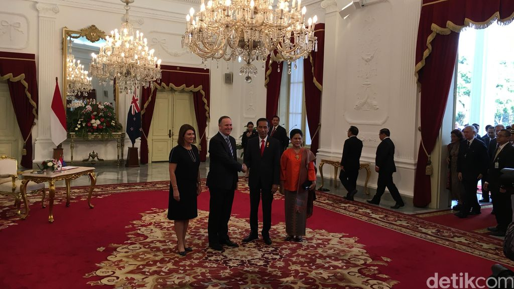 Diiringi Dentuman Meriam, Jokowi Sambut Kehadiran PM John Key di Istana