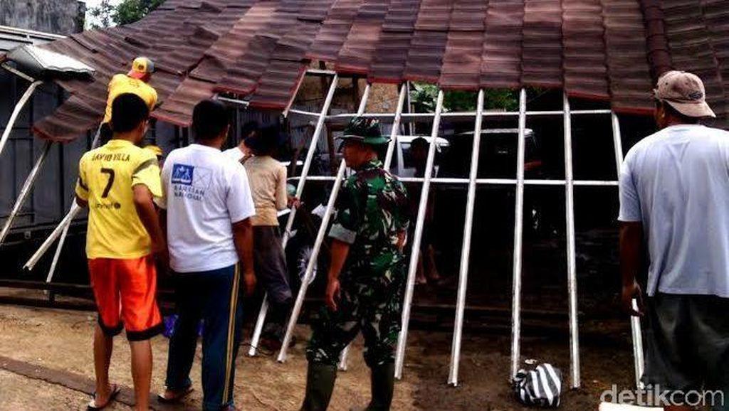 Angin Puting Beliung Terjang 2 Desa di Sukabumi, Puluhan Rumah Rusak