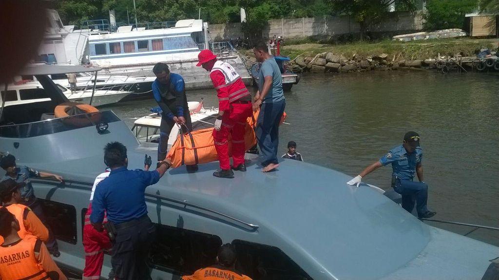 Tim SAR Lanal Banten Evakuasi Mayat Terapung di Selat Sunda