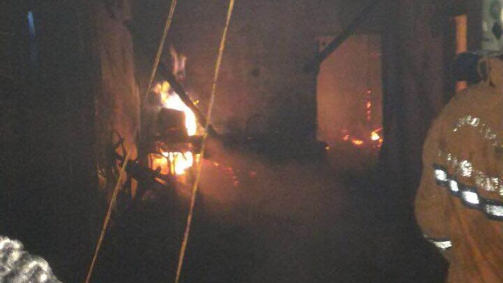 Kebakaran Landa Sebuah Rumah di Cawang, 11 Unit Damkar Meluncur