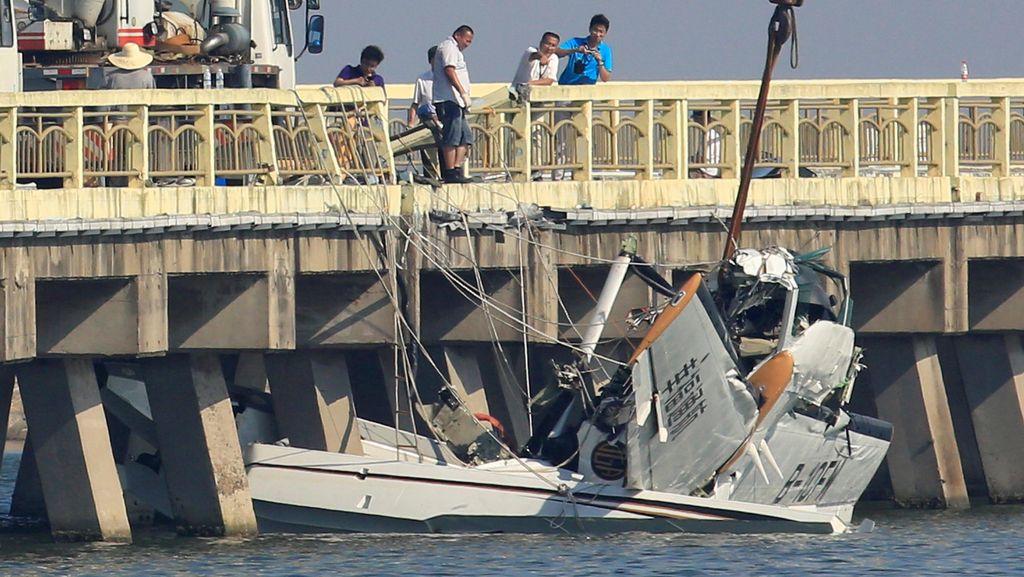 Pesawat Amfibi Tabrak Jembatan di Shanghai, 5 Orang Tewas