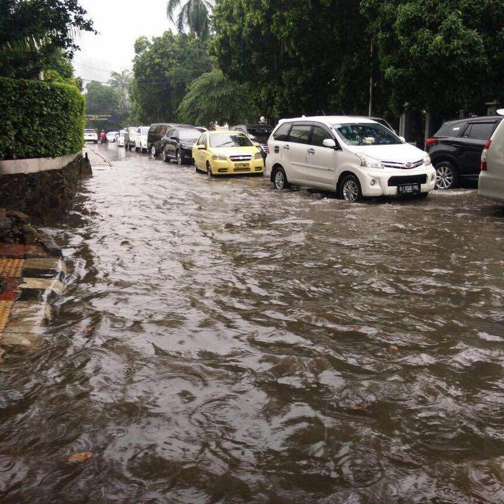 Jaksel Diguyur Hujan Deras, ini Ruas Jalan yang Tak Bisa Dilewati