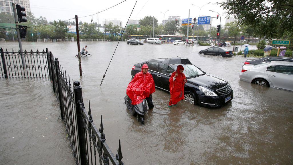 Hujan Deras Picu Kekacauan di Beijing, 200 Penerbangan Dibatalkan