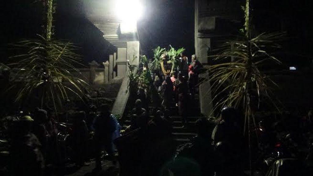 Hujan Iringi Ritual Kasada di Gunung Bromo