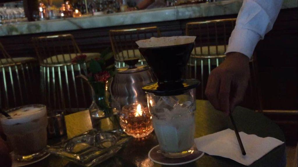 Melihat Cara Penyajian Es Kopi Vietnam di Kafe Olivier