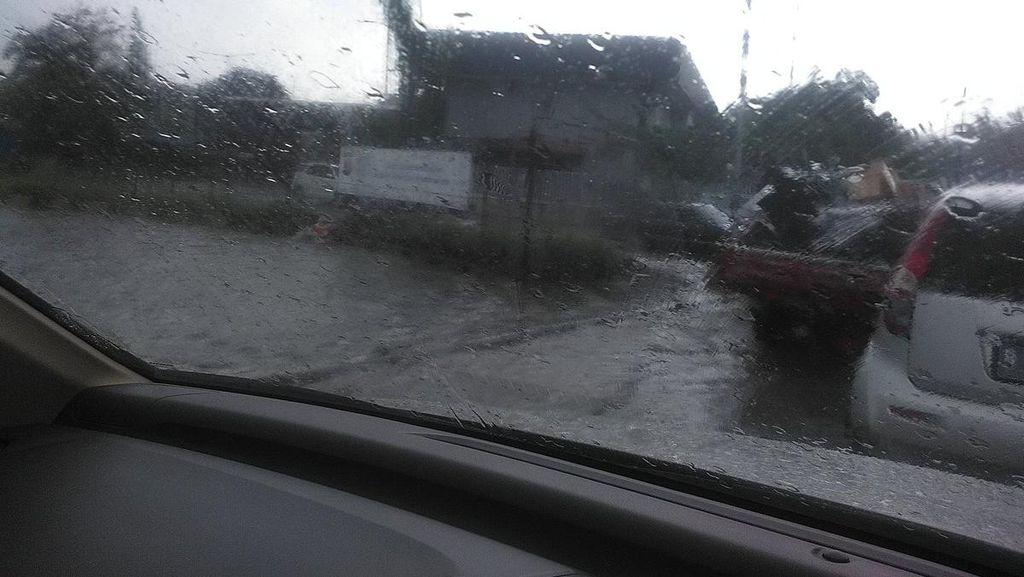 Ada Genangan Air di Tol Dalam Kota Arah Semanggi, Lalin Padat