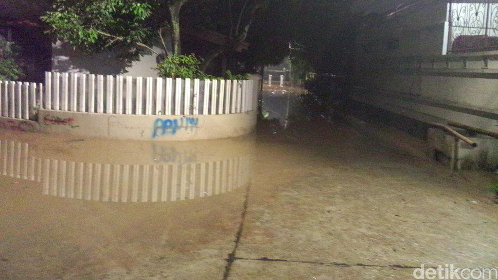 135 Warga Mengungsi Akibat Banjir di Jl Perdatam Ulujami, Jakarta Selatan