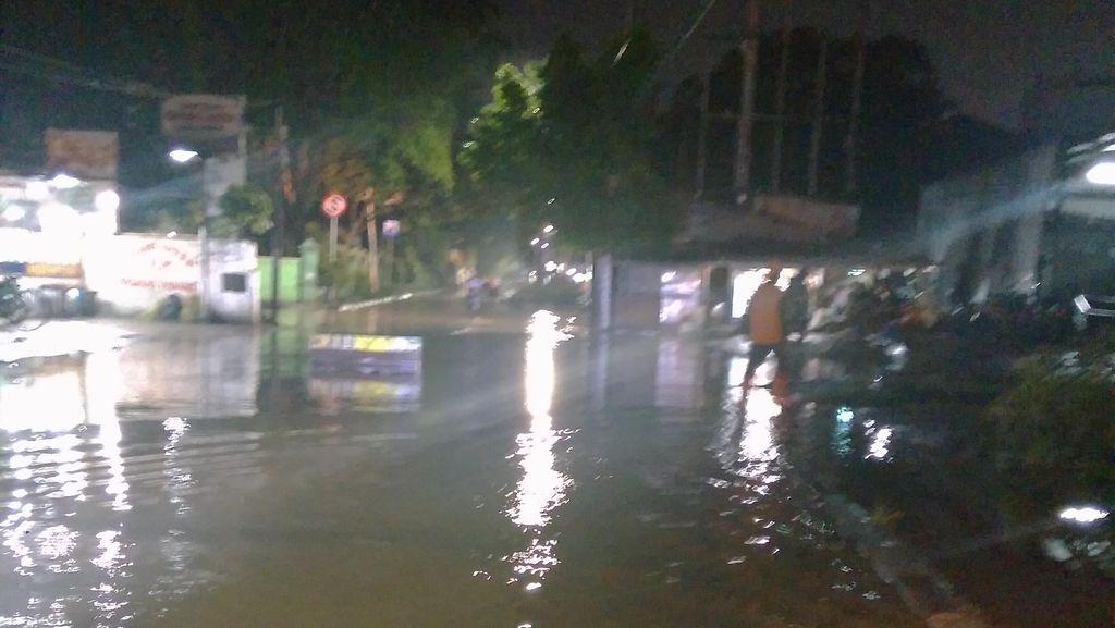 Banjir, Jalan Puri Kembangan Arah Kedoya Tak Bisa Dilintasi Kendaraan