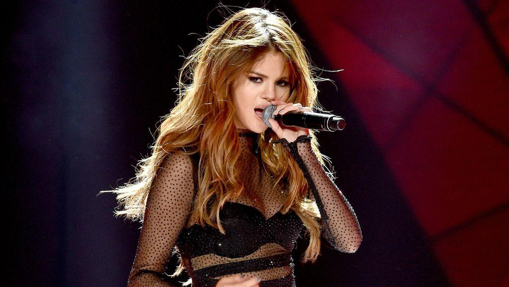 Kebaya untuk Selena Gomez