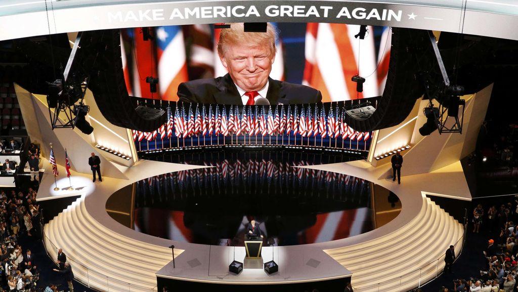 Saat Donald Trump Izinkan Rambutnya Dipegang Pembawa Acara TV