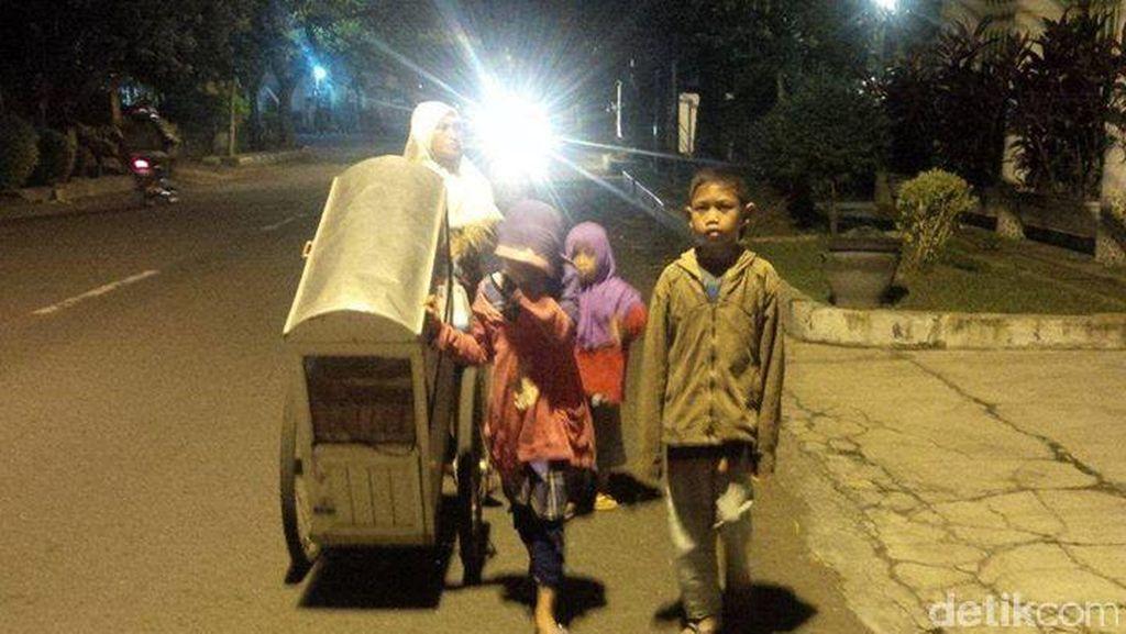 Srianah dan 3 Anak Jalan Kaki Belasan Km untuk Jual Kue: Kami Tak Mau Ngemis!