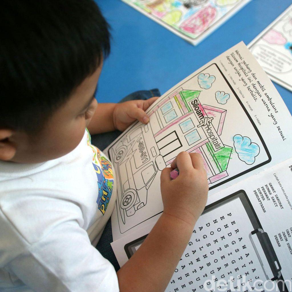 Pasien Anak Unjuk Kebolehan dalam Mewarnai