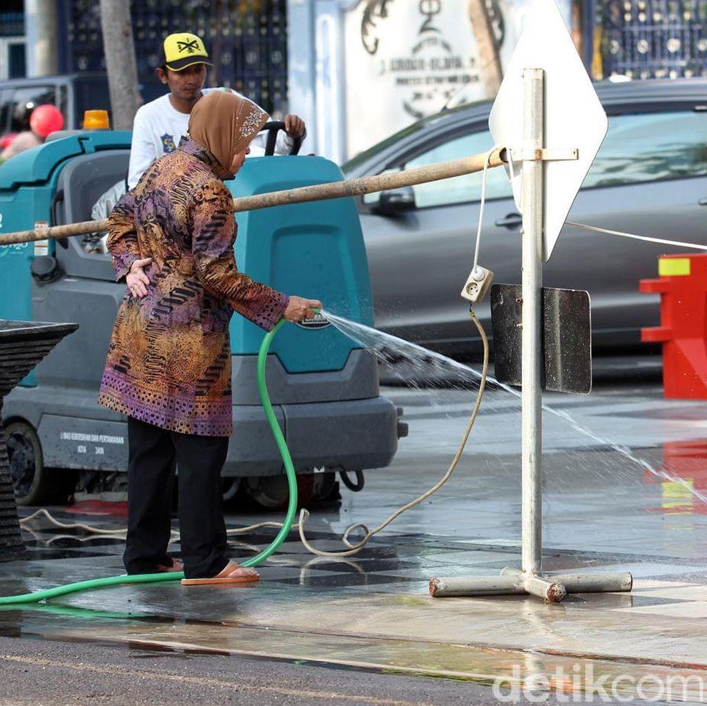 Ketika Risma Bersih-bersih Balai Kota Surabaya Hanya Bersandal Jepit