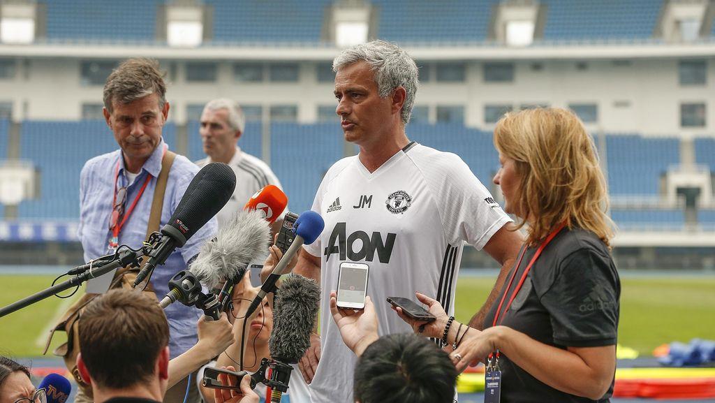 Konferensi Pers Pinggir Lapangan ala Mourinho
