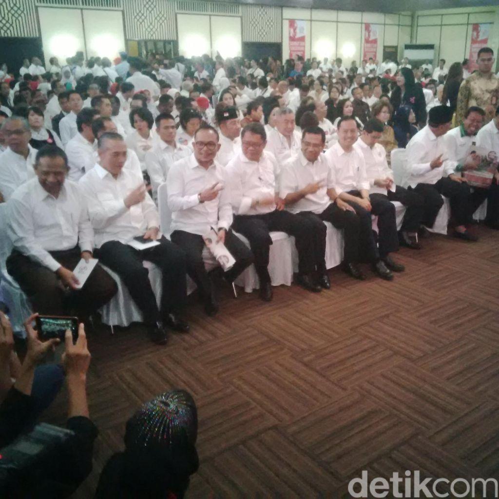 Menteri dan Politisi Hadiri Silaturahmi Relawan Jokowi di Senayan