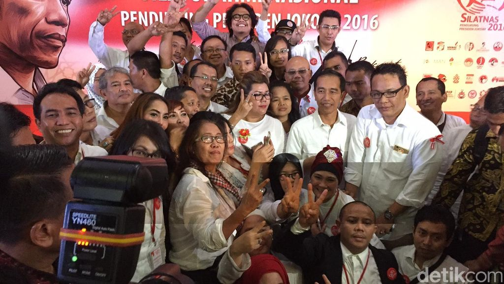 Di Depan Jokowi, Relawan: Salam Dua Periode!