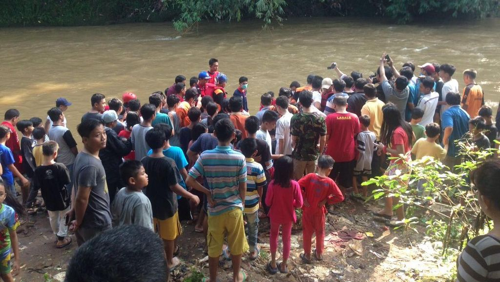 Ustaz Rojiun Temukan Mayat Perempuan yang Tersangkut Batu di Kali Ciliwung