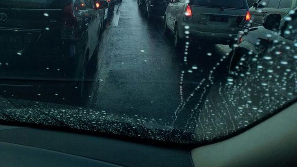 Hujan Deras, Kendaraan di Tol Jagorawi Mengular