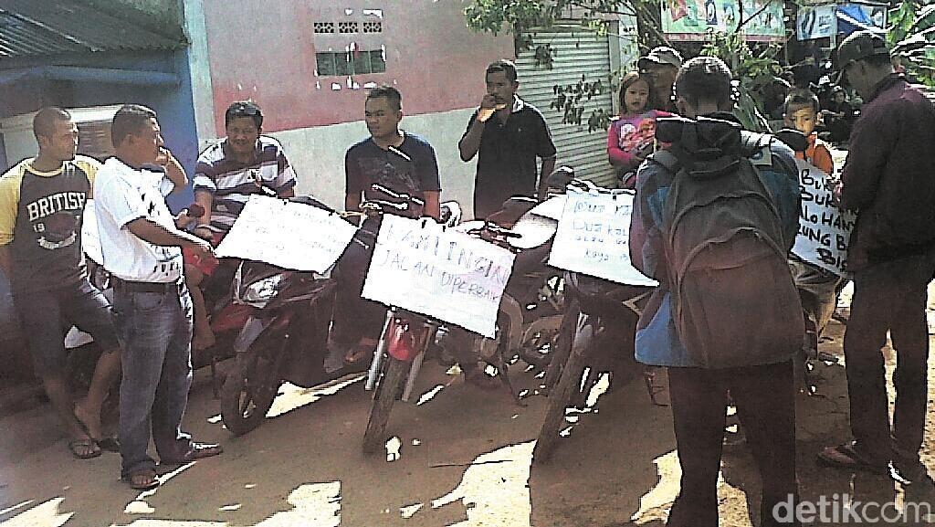 Kesal Jalan Provinsi Rusak, Warga Sukabumi Tanam Pohon dan Blokir Jalan