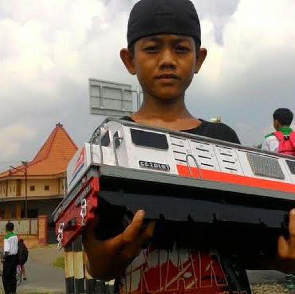 Bocah Penjaga Perlintasan Dapat Kenang-kenangan Miniatur Kereta Api