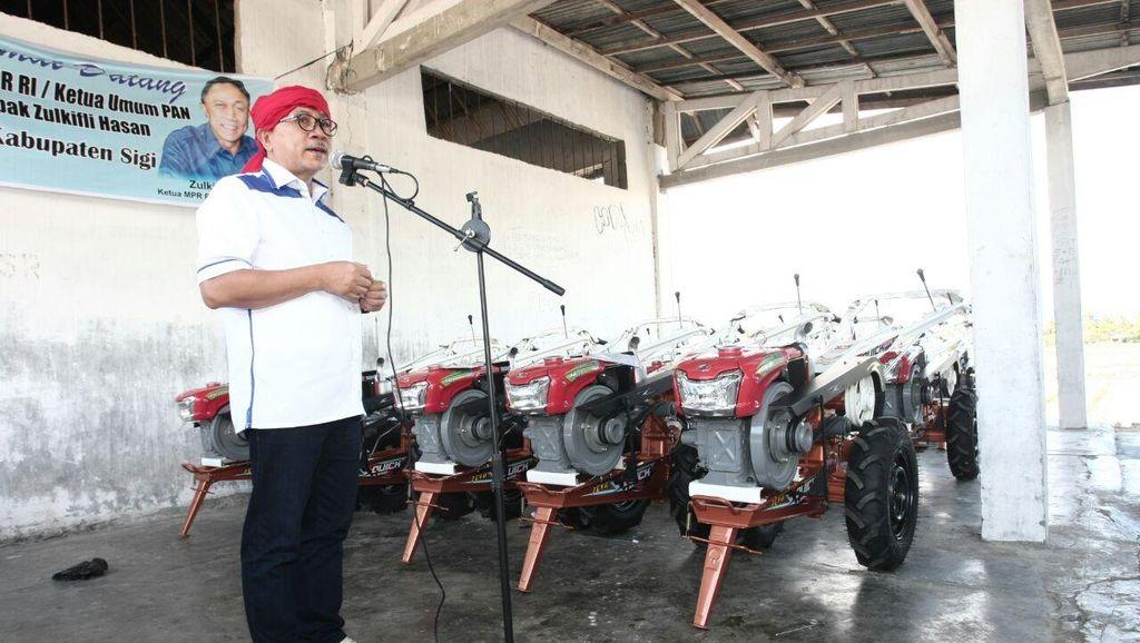 Blusukan ke Sulteng, Ketua MPR Bagi-bagi Traktor dan Bibit Ikan