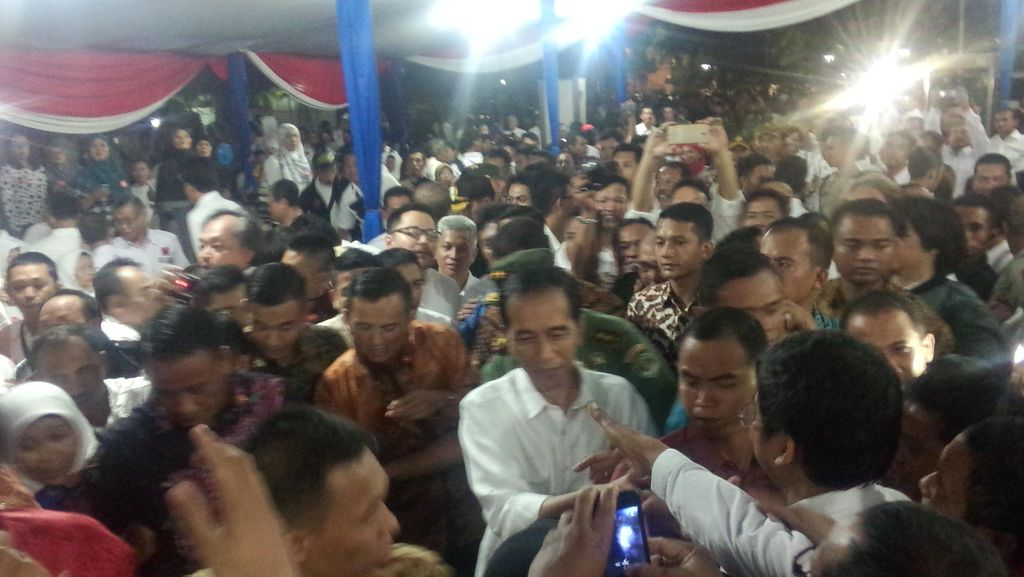 Tak Bisa Masuk, Ribuan Pendukung Jokowi Nobar Silaturahmi di Bawah Tenda