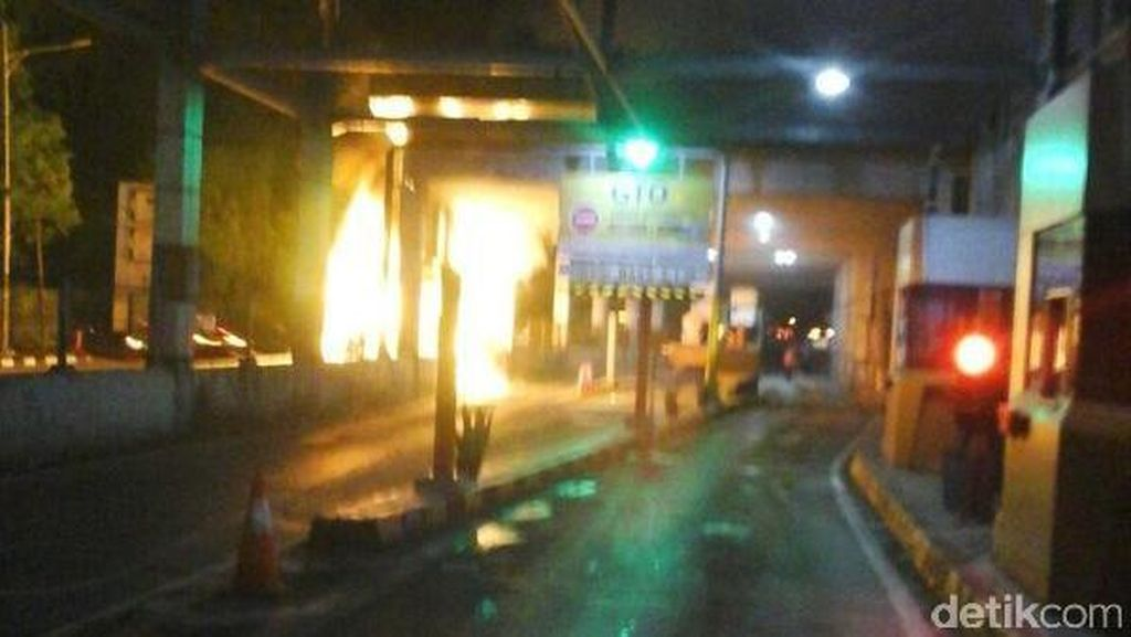 Polisi Masih Berusaha Evakuasi Alphard yang Terbakar di Senayan