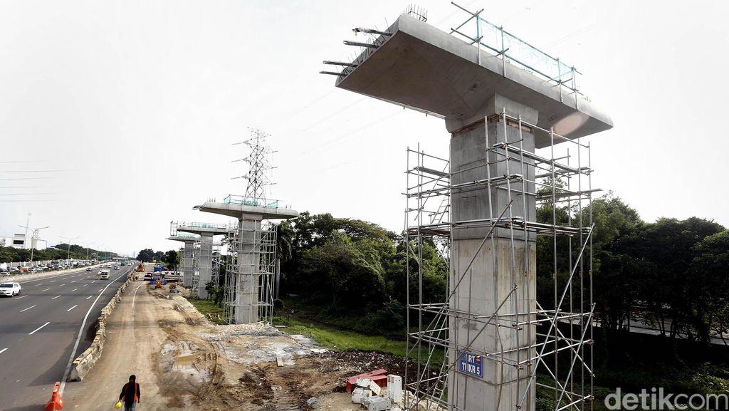 Tiang Pancang LRT Mulai Penuhi Tepi Tol Jagorawi
