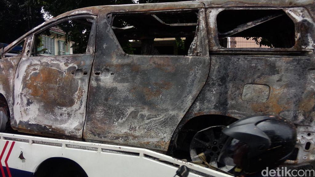 Ini Penampakan Bangkai Toyota Alphard yang Terbakar di Senayan