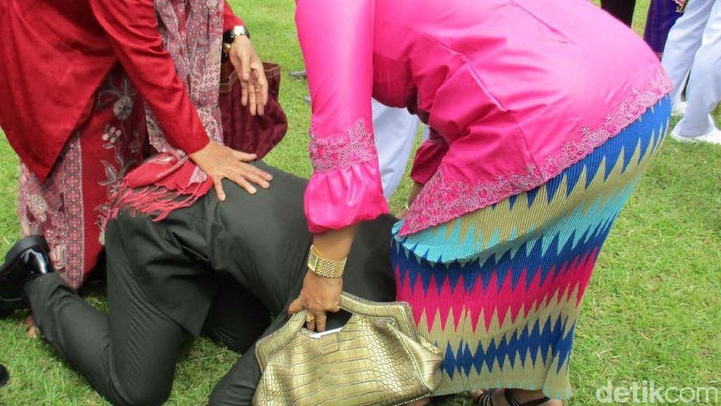 Isak Tangis Haru Ortu Pecah usai Pelantikan Perwira Remaja TNI/Polri