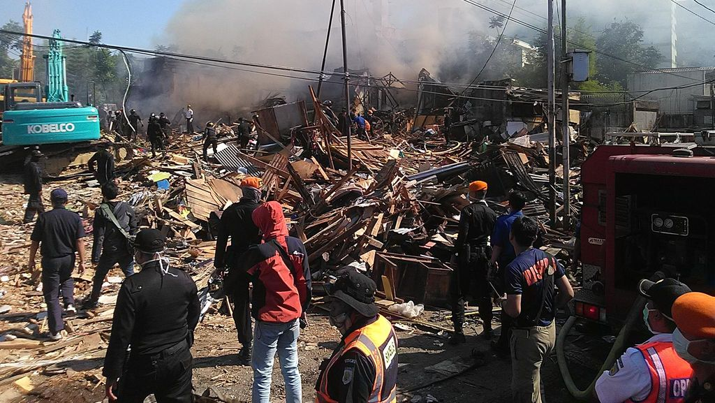 Rumah Terbakar saat Proses Penertiban Aset PT KAI di Bandung