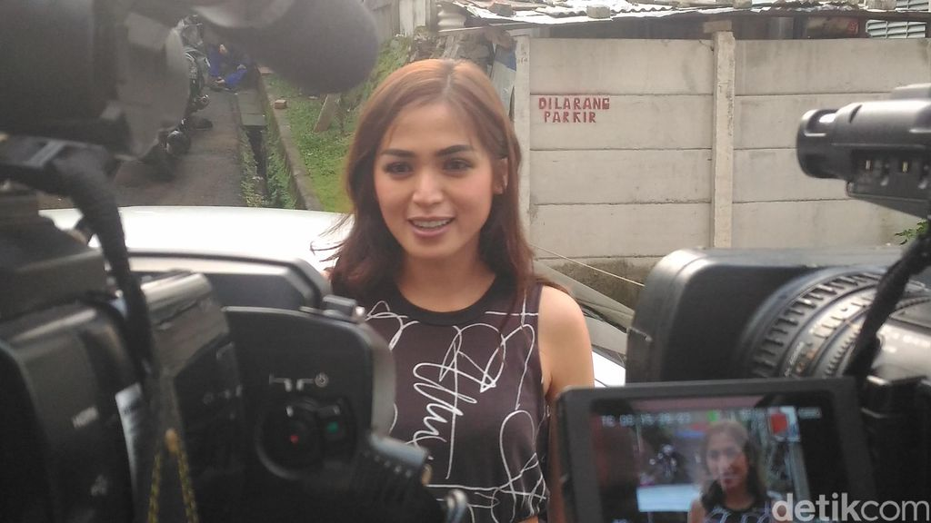 Jessica Iskandar Kembali Follow Instagram Ayu Ting Ting