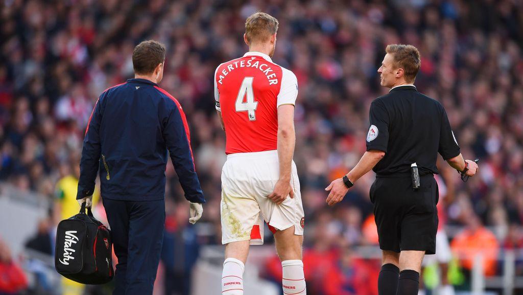 Mertesacker Absen Lama, Arsenal Akan Beli Bek