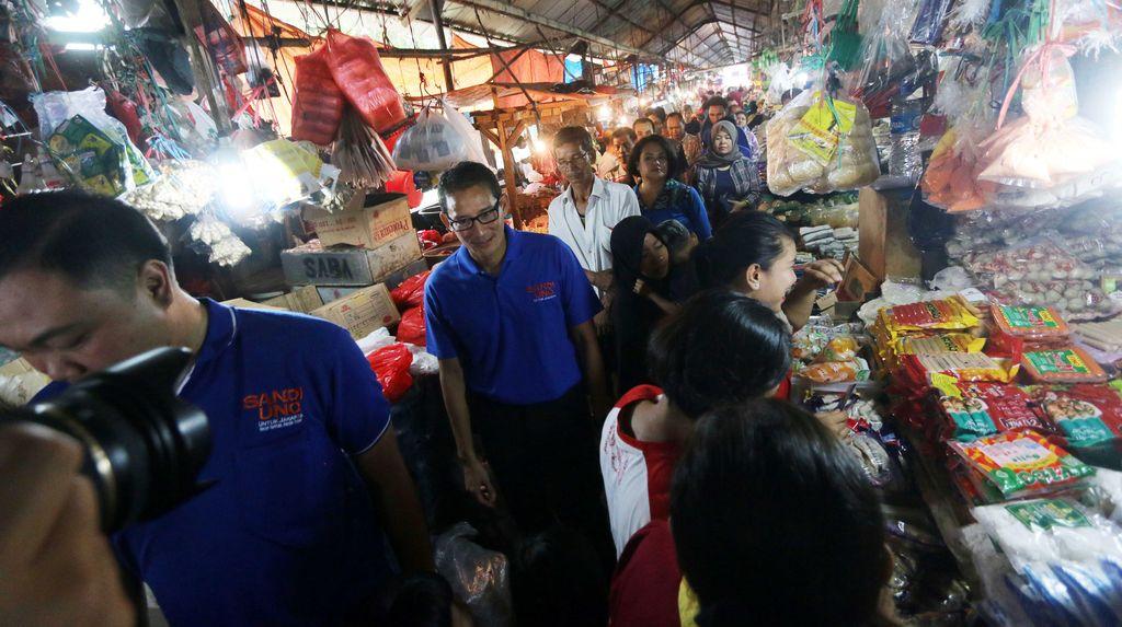 Sandiaga Uno Blusukan ke Pasar Minggu
