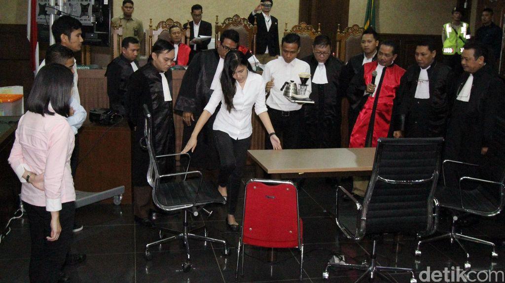 Hakim Persoalkan Sedotan di Gelas Kopi Mirna yang Dibuang Pelayan Kafe