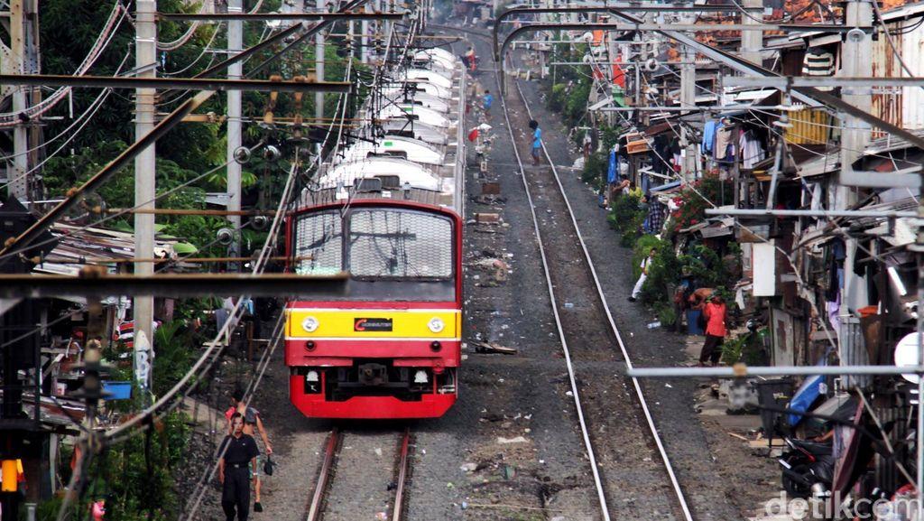 Ada Oknum Lempar Pita Kaset ke Kabel Listrik, Commuter Line Terganggu di Depok