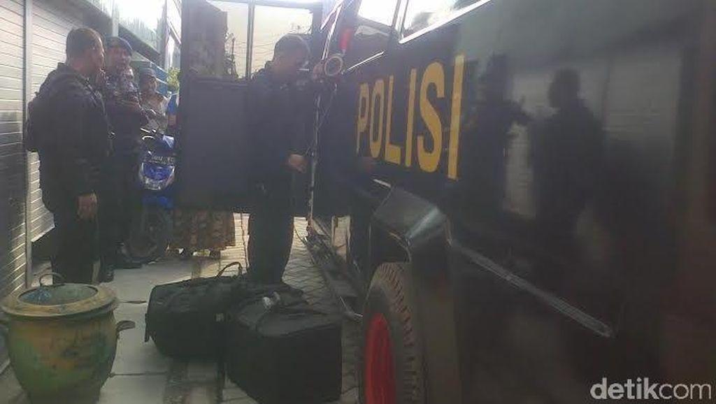 Kotak Dicurigai Bom Temuan Warga Bronggalan Diledakkan Tim Gegana